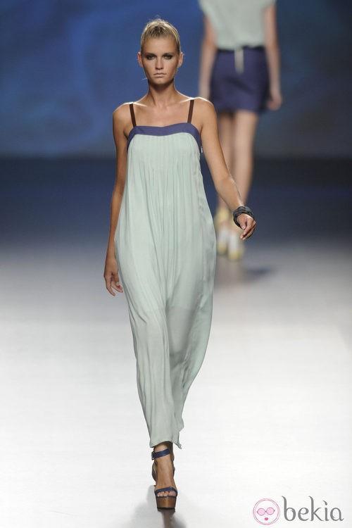 Vestido largo turquesa claro con detalles en el escote azul marino de la colección primavera/verano 2013 de Sara Coleman