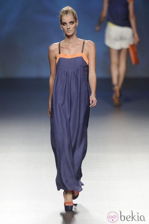 Vestido largo azul marino con detalles naranjas en el escote de la colección primavera/verano 2013 de Sara Coleman