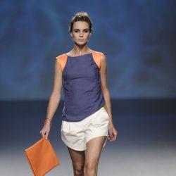 Pantalón corto blanco, camiseta azul marino y naranja, bolso cartera naranja de la colección primavera/verano 2013 de Sara Coleman