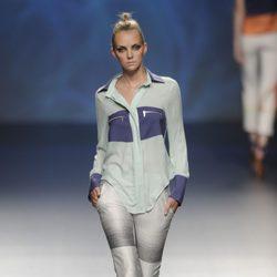 Blusa de manga larga azul turquesa y marino con pantalón gris de la colección primavera/verano 2013 de Sara Coleman