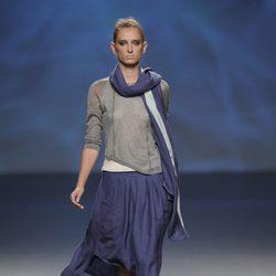 Falda azul marino con camiseta gris, fular azul marino y turquesa de la colección primavera/verano 2013 de Sara Coleman
