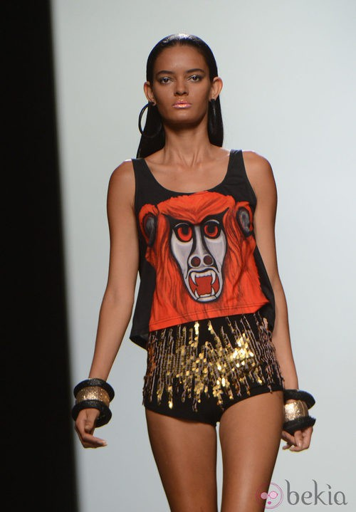 Pantalón corto negro de lentejuelas y camiseta canibal de la colección primavera/verano 2013 de María Escoté