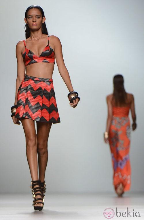 Falda negra y roja de tiro alto con top a juego de la colección primavera/verano 2013 de María Escoté