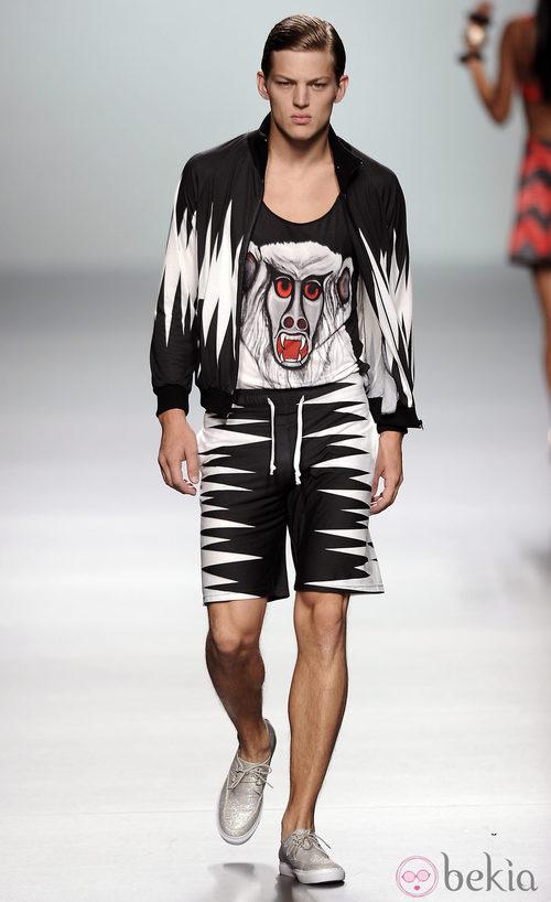 Pantalón corto y chaqueta negra y blanca de dientes, con camiseta canibal de la colección primavera/verano 2013 de María Escoté