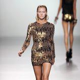 Vestido negro corto repleto de lentejuelas doradas de la colección primavera/verano 2013 de María Escoté
