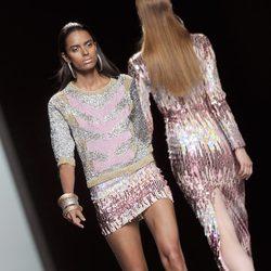 Minifalda lentejuelas rosa y plata con jersey de punto de la colección primavera/verano 2013 de María Escoté