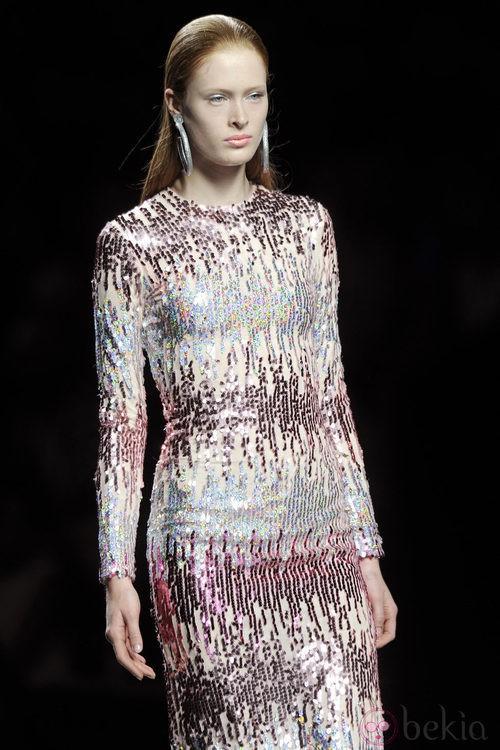 Vestido largo de manga larga de lentejuelas rosas y plateadas de la colección primavera/verano 2013 de María Escoté