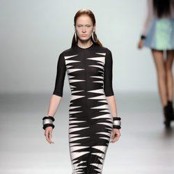 Vestido largo manga 3/4 blanco y negro de la colección primavera/verano 2013 de María Escoté