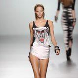 Camiseta tirantes de mono y pantalón corto rosa y plateado de la colección primavera/verano 2013 de María Escoté