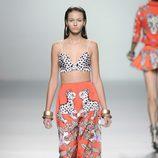 Pantalón largo de pata ancha estampado salvático y top de lunares de la colección primavera/verano 2013 de María Escoté