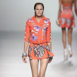Falda de vuelo felina con chaqueta de cremallera a un lado de la colección primavera/verano 2013 de María Escoté