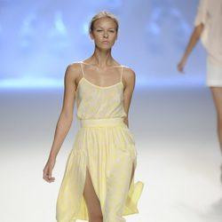 Vestido amarillo de vuelo de la colección primavera/verano 2013 de Sita Murt