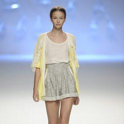 Pantalón corto de tiro alto y chaqueta amarilla en pico de la colección primavera/verano 2013 de Sita Murt