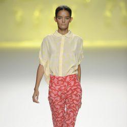 Pantalón pesquero rosa y rojo con blusa amarilla de la colección primavera/verano 2013 de Sita Murt