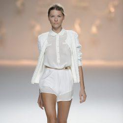 Pantalón corto blanco y blusa blanca de botones de la colección primavera/verano 2013 de Sita Murt