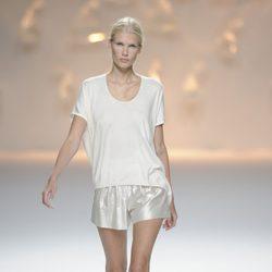 Pantalón corto blanco brillante y camiseta blanca de la colección primavera/verano 2013 de Sita Murt
