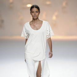 Falda blanca abierta y camiseta ancha blanca de la colección primavera/verano 2013 de Sita Murt