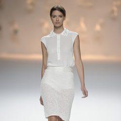 Falda de punto blanca y camiseta de punto con pedrería de la colección primavera/verano 2013 de Sita Murt