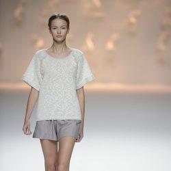 Pantalón gris corto y jersey de punto de la colección primavera/verano 2013 de Sita Murt