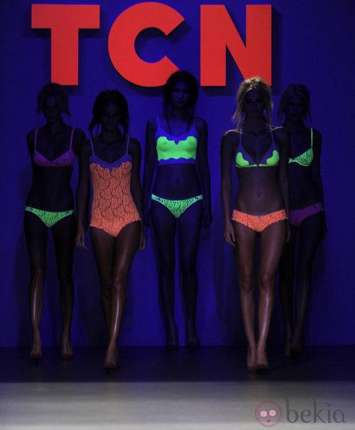 Conjuntos fluorescentes brillan en el desfile de la colección primavera/verano 2013 de TCN