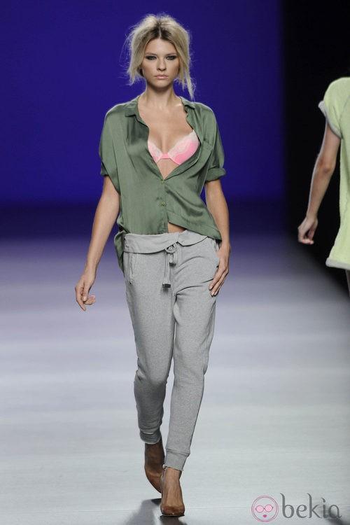 Blusa de seda verde militar, sujetador rosa fosforito y pantalón gris de sport de la colección primavera/verano 2013 de TCN