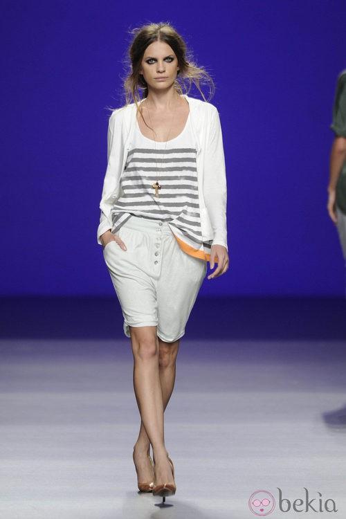 Camiseta a rayas gris y blanca y bermudas bombacho de la colección primavera/verano 2013 de TCN