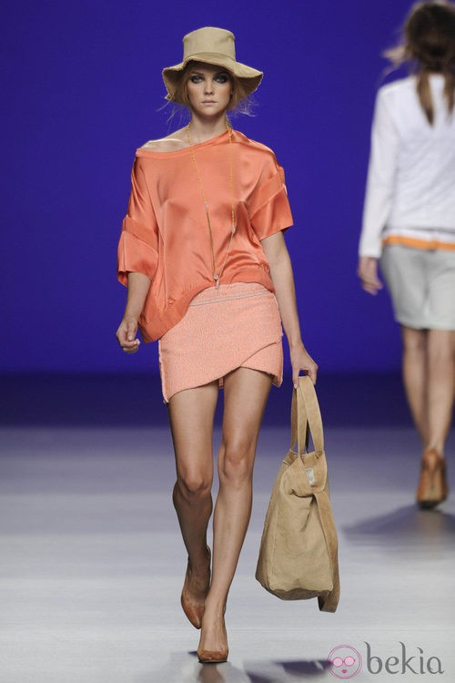 Blusa de seda coral y minifalda naranja de la colección primavera/verano 2013 de TCN