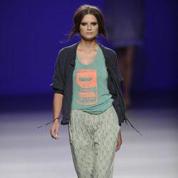 Pantalón verde estampado y chaqueta oscura abierta de la colección primavera/verano 2013 de TCN