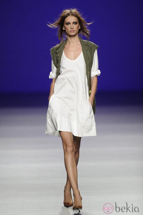 Vestido blanco y chaleco verde militar de la colección primavera/verano 2013 de TCN