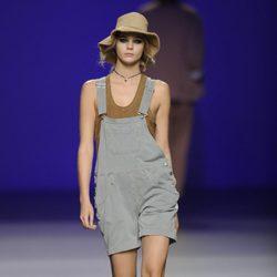 Peto corto gris y sombrero campesino de la colección primavera/verano 2013 de TCN