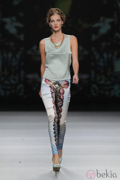 Pantalón de raso estampado de Maya Hansen, colección primavera-verano 2013