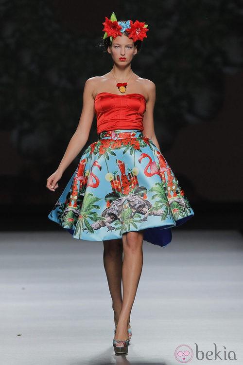 Top rojo de escote palabra de honor de Maya Hansen, colección primavera-verano 2013