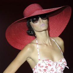 Bañador estampado blanco de flores y gran pamela roja de la colección primavera/verano 2013 de Guillermina Baeza