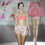 Bikini coral atado al cuello y short de flores de la colección primavera/verano 2013 de Guillermina Baeza