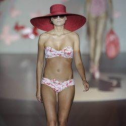 Bikini estampado de flores y pamela roja de la colección primavera/verano 2013 de Guillermina Baeza