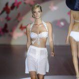 Pantalon blanco suelto bermuda y bikini blanco con estrellas de la colección primavera/verano 2013 de Guillermina Baeza