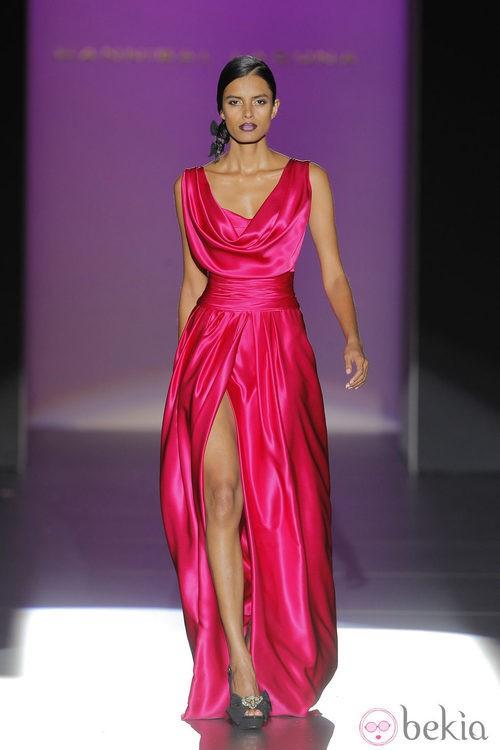 Vestido de satén rosa de Hannibal Laguna, colección primavera/verano 2013