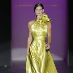 Vestido de satén con lazo en el cuello de Hannibal Laguna, colección primavera/verano 2013