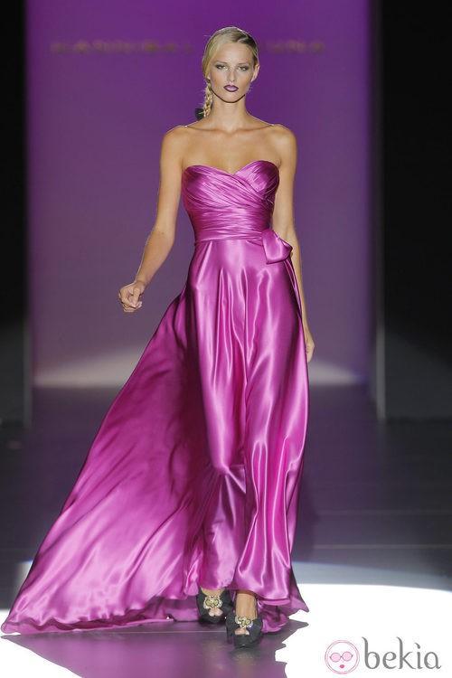 Vestido de satén con escote corazón de Hannibal Laguna, colección primavera/verano 2013