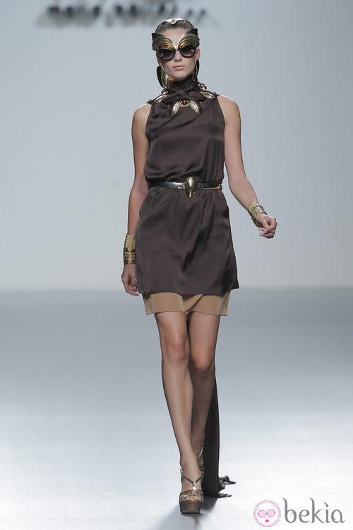 Vestido marrón de María Barros, colección primavera/verano 2013