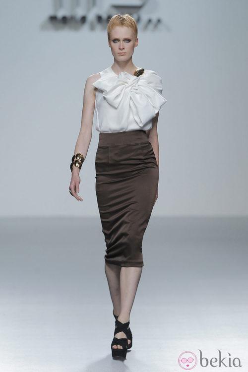Falda lápiz marrón de María Barros, colección primavera/verano 2013