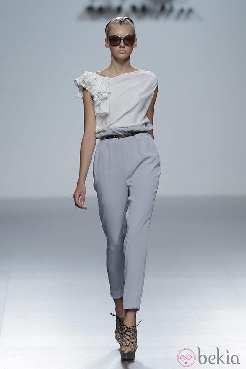 Blusa con volante en el hombro de María Barros, colección primavera/verano 2013