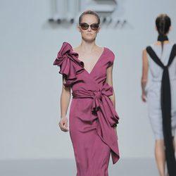Vestido rosa con nudo en la cintura de María Barros, colección primavera/verano 2013