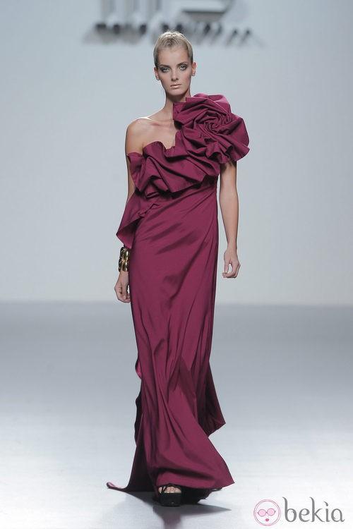 Vestido de noche con rosa fruncida en el hombro de María Barros, colección primavera/verano 2013
