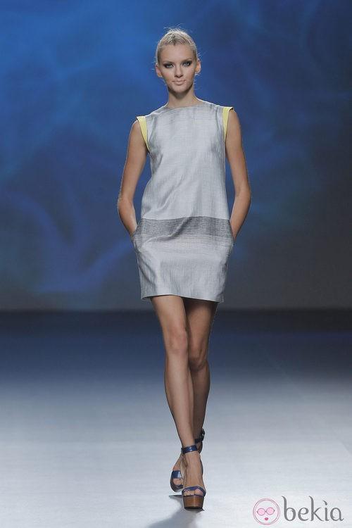 Vestido gris de Sara Coleman, colección primavera/verano 2013