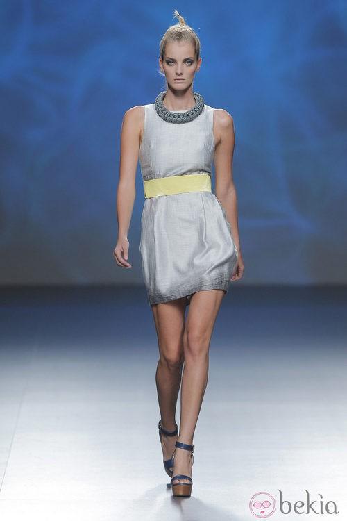 Vestido gris sin mangas de Sara Coleman, colección primavera/verano 2013