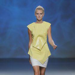 Top amarillo asimétrico de Sara Coleman, colección primavera/verano 2013