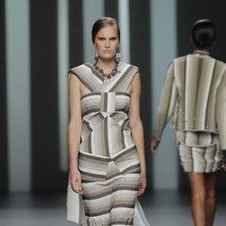 Vestido con cola de Martín Lamothe, colección primavera/verano 2013