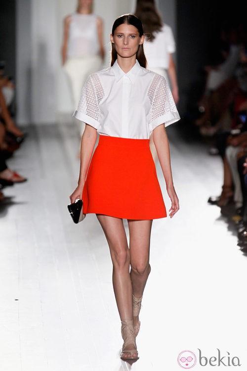 Falda roja y camisa blanca de la colección primavera/verano 2013 de Victoria Beckham presentada en la Nueva York Fashion Week