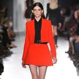Falda y chaqueta roja de la colección primavera/verano 2013 de Victoria Beckham en la Nueva York Fashion Week